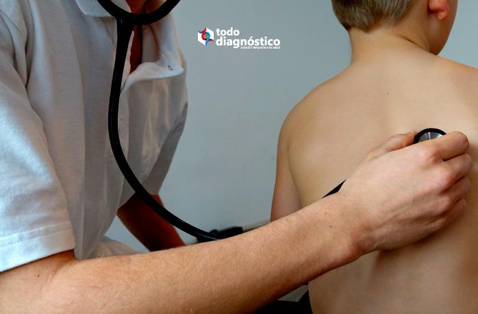 Pediatra revisando con estetoscopio a niño enfermo