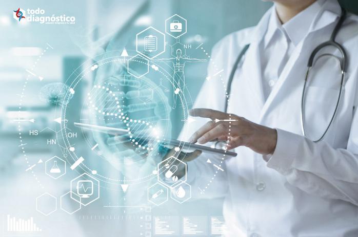 Profesional de la salud usando la última tecnología: puede detectarse los virus respiratorios a través de paneles sindrómicos