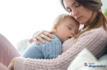 Tos ferina en bebés: mujer cargando a un bebé