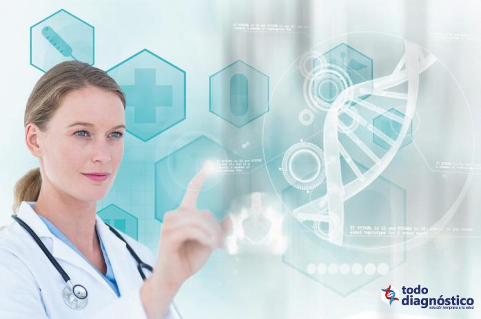 mujer médico manipulando pantalla digital