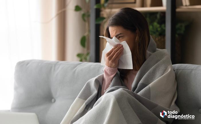 mujer sonándose: síntomas de neumonía