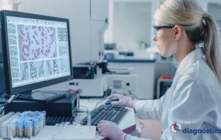Científica trabajando con información sobre secuencias de ADN de virus