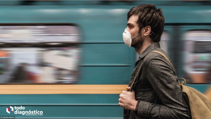 Hombre con cubrebocas en el metro