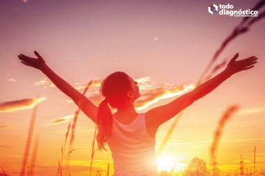 Mujer tomando el sol y vitamina D: qué esperar del Covid-19 en climas cálidos