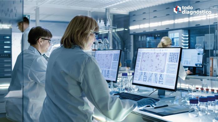 Científicos analizando datos: la importancia de compartir datos de influenza