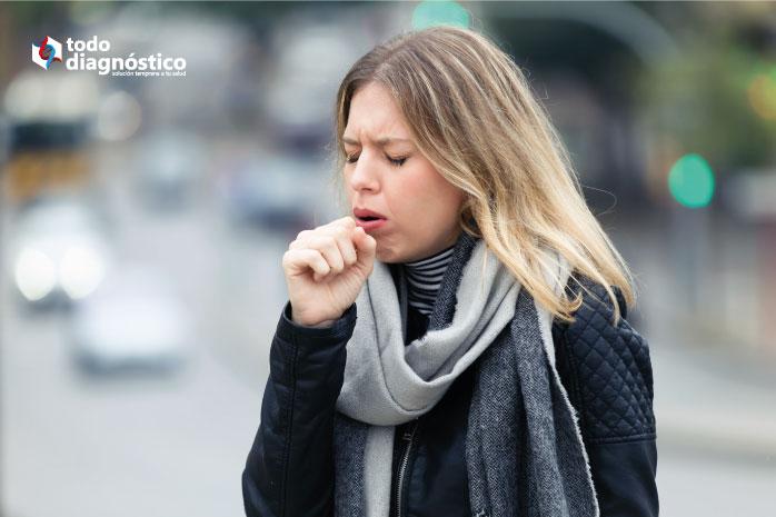 Mujer con tos por neumonía por mycoplasma pneumoniae