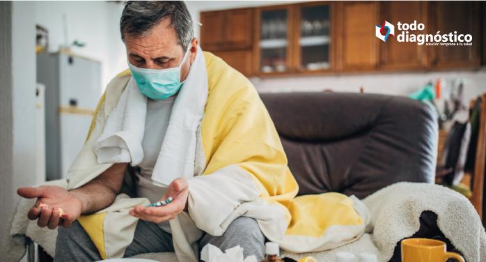Hombre con tapabocas y medicamenots: tasa de mortalidad del Covid-19