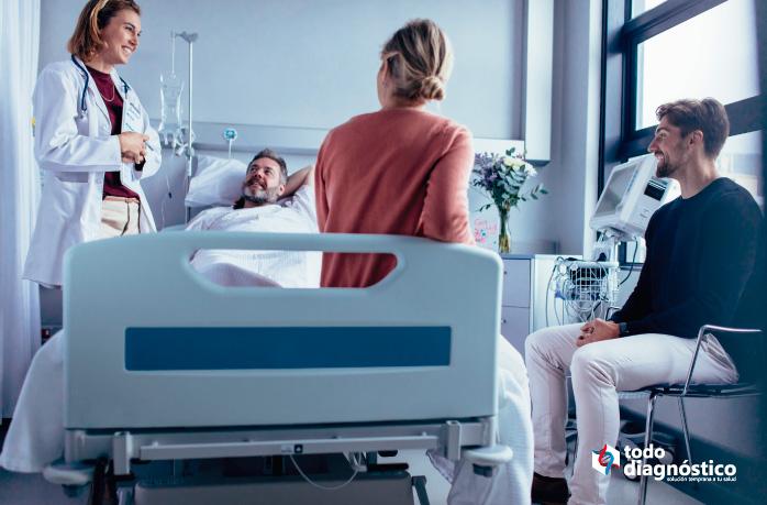 Paciente con su familia y médico: resultados positivos gracias al diagnóstico complementario