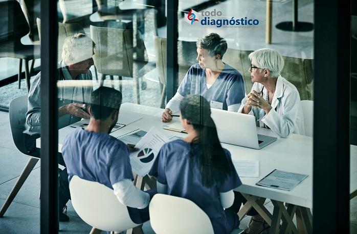 Médicos en reunión, futuro de la atención médica